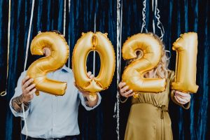 2 people holding 2021 balloons